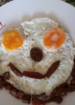 Huevos con chorizo y sonrisa para los peques