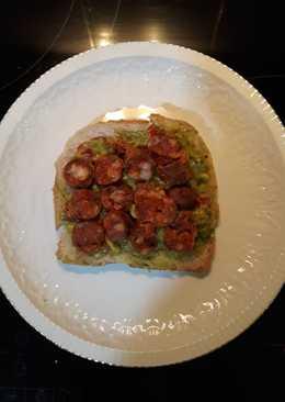 Sándwich de chistorra con salsa c. de aguacate a los 3 pimientos