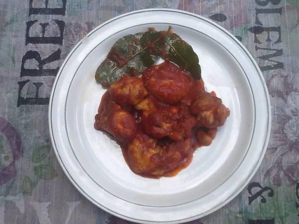 Pollo al ajillo con tomate, curry y vino blanco