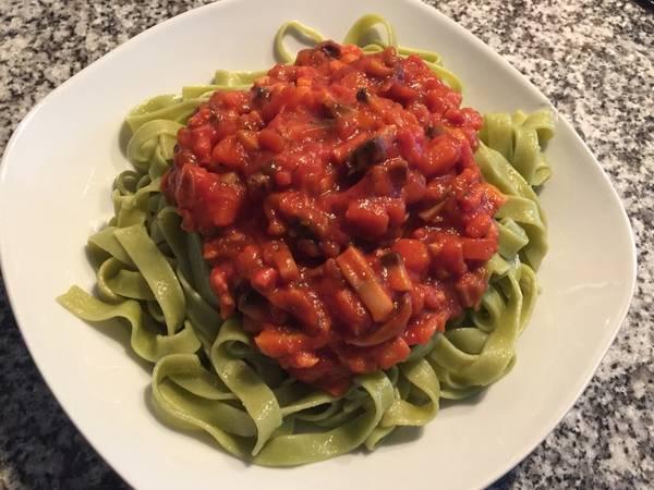 Tagliatelle de espinacas con verduras y pavo