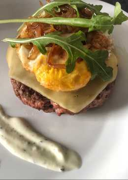 Hamburguesa casera con cebolla caramelizada