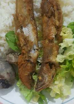 Bacalao frito con arroz y ensalada de lechuga con moraya