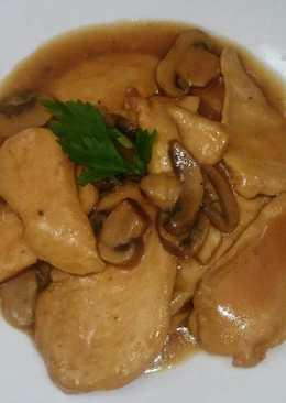 Pechuga de pollo con salsa de manzana y champiñones
