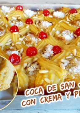 Coca de San Juan con crema y piñones