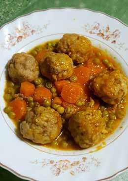 Albóndigas con guisantes y zanahorias en olla rápida