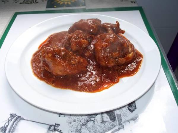 Pollo en salsa de tomate con almendras y nueces