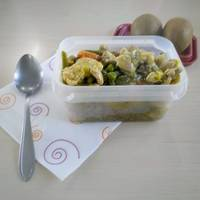 Tupper con Wok de pollo al curry con verduras y leche de coco