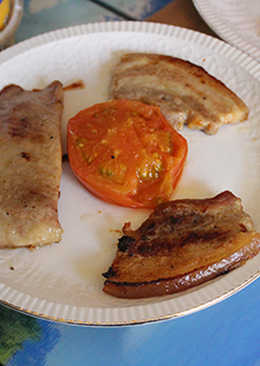 Secreto con panceta y tomate