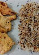 Pechuga de pollo aliñada con salteado de tres arroces con legumbres