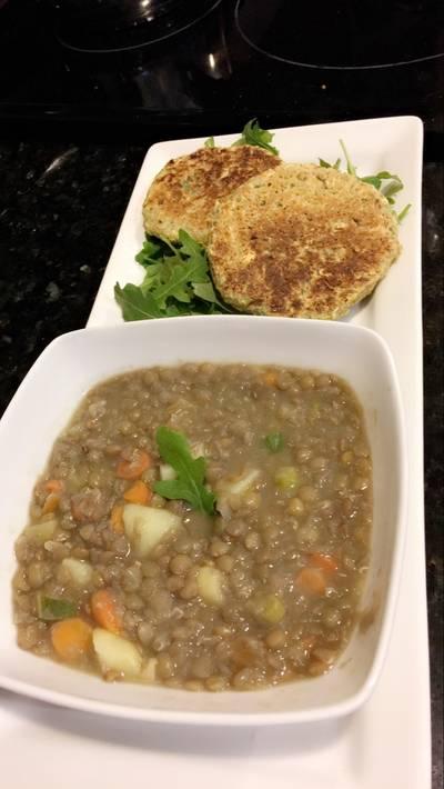 Sopa de lentejas con vegetales con hamburguesas de lentejas