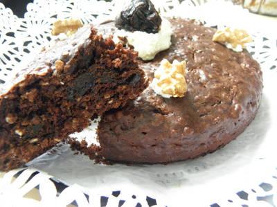 Torta húmeda de chocolate, ciruelas y nuez