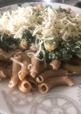 Torcetti al fungo porcino con bechamel de espinacas, gambas y piñones