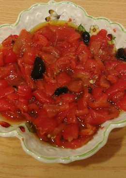 Ensalada de pimientos asados con aderezo de ajo negro