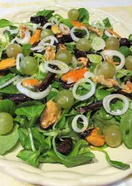 Ensalada otoñalde canónigos con mejillones, uvas moscatel frescas y ciruelas pasas
