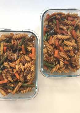 Espirales integrales con verduras salteadas