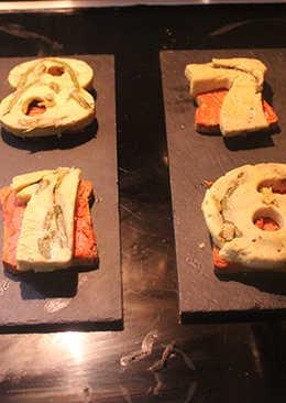 Tostadas con sobrasada y tortilla de números