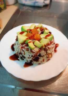 Ensalada de arroz integral con aguacate y frutos secos