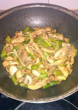 Wok de pollo con champiñones y ajetes tiernos