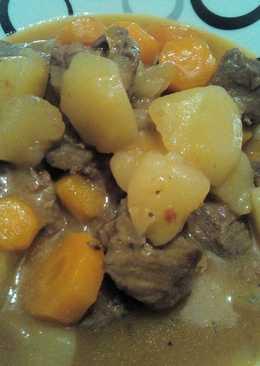 Patatas con carne y zanahorias