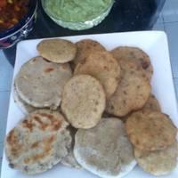 Gorditas de nata pintadas con chile, quelites, huitlacoche y hojas de cempasúchil