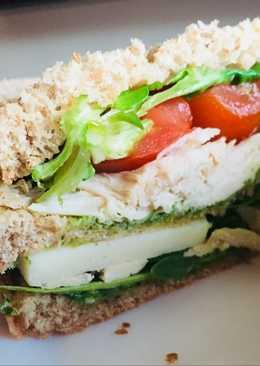 Sándwich frío de pollo con queso y pesto de rúcula