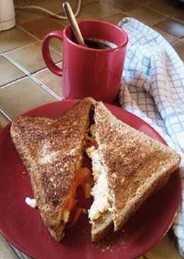Sándwich de huevos revueltos (scrambled eggs sándwich)