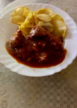 Carne con tomate y patatas fritas a rodajas