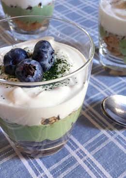 Yogurt griego con cereales con té matcha