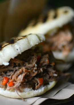 Arepas rellenas con carne mechada y con pollo