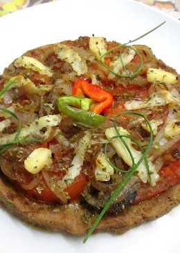 Pizza base de atún con tomates y cebolla a la sartén