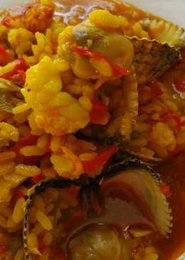 Arroz caldoso con bogavante berberechos en la cocina del camping