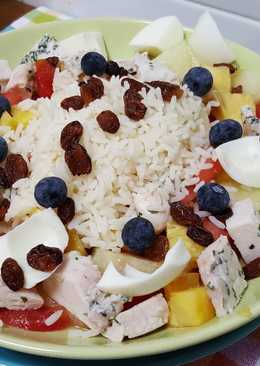 Arroz con pollo, huevo duro, tomate, melón y piña