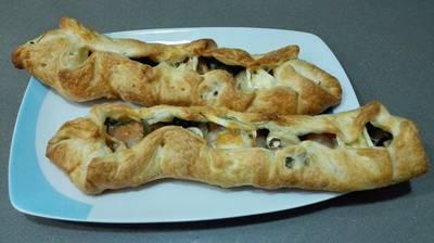 Hojaldre relleno con queso de cabra, rúcula, tomate y champiñones