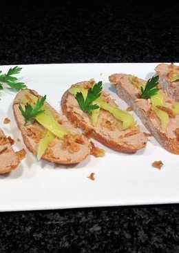 Rebanas de pan rústico baguettecon Paté suave y pimiento amarillo encurtido