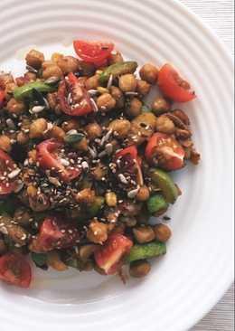 Garbanzos salteados con verdura, semillas y cherrys