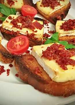Tostas de camembert con crujiente de jamón ibérico
