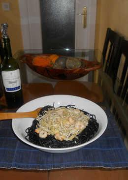 Espaghettis negros con gulas y gambas