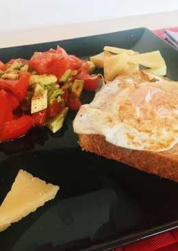 Huevo a la plancha y ensalada de tomate y aguacate