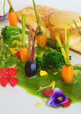 Lubina con mantequilla de especias, jardín de verduritas y licuado de espinacas y perejil