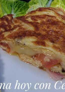 Omelette con jamón, queso, tomate y orégano