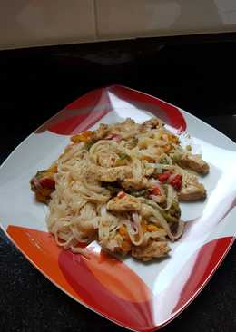 Noodles de arroz con pollo y pimientos