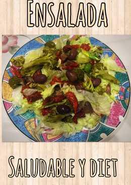 Ensalada diet de lechuga, brócoli, tomates secos y aceitunas negras