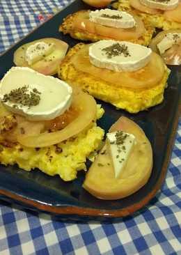 Tortitas de coliflor con queso de cabra y tomate