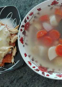 Comida completa: caldo de pollo y chilaquiles express