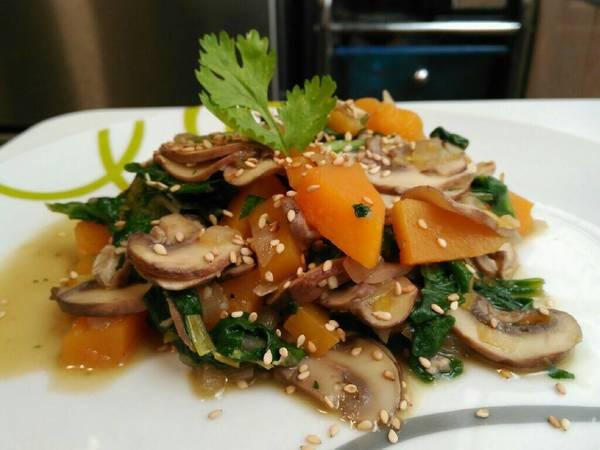 Salteado de champiñones con calabaza y espinacas