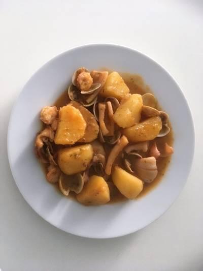 Cazuela de patatas con calamares a la marinera