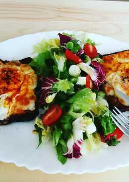 Huevos y mozzarella sobre pan tostado al horno - fácil
