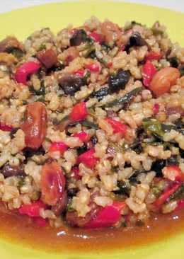 Arroz integral caldoso con verduras y uvas pasas - vegano