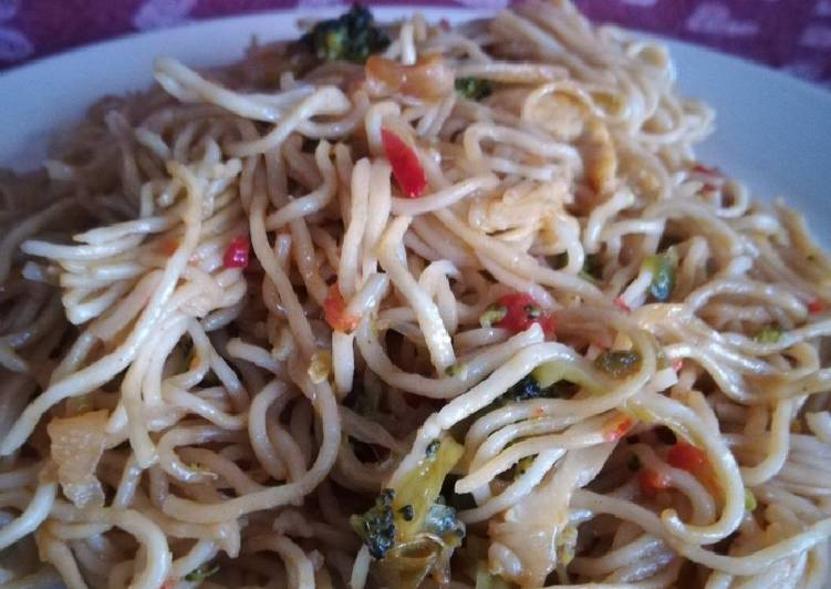 Wok de fideos chinos con pollo y verduras