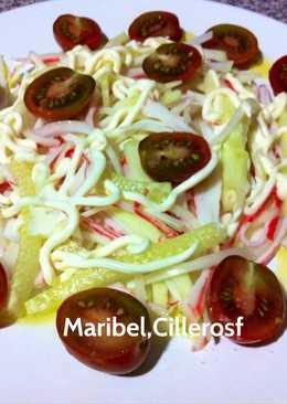 Ensalada de hortalizas y palitos de cangrejo